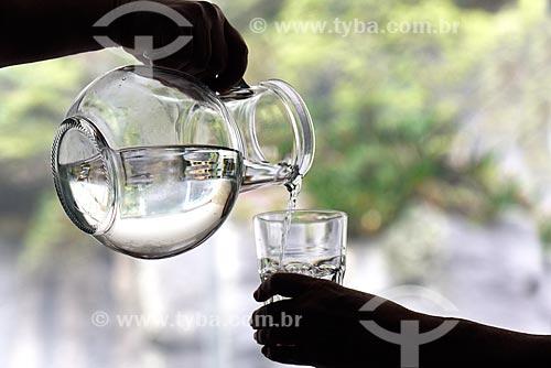 Água mineral sendo servida em copo  - Rio de Janeiro - Rio de Janeiro (RJ) - Brasil