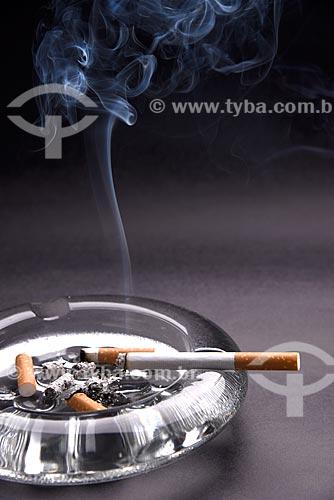 Cigarro aceso em cinzeiro  - Rio de Janeiro - Rio de Janeiro (RJ) - Brasil