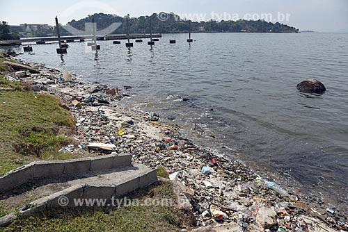 Lixo acumulado às margens da Baía de Guanabara na Ilha do Fundão  - Rio de Janeiro - Rio de Janeiro (RJ) - Brasil