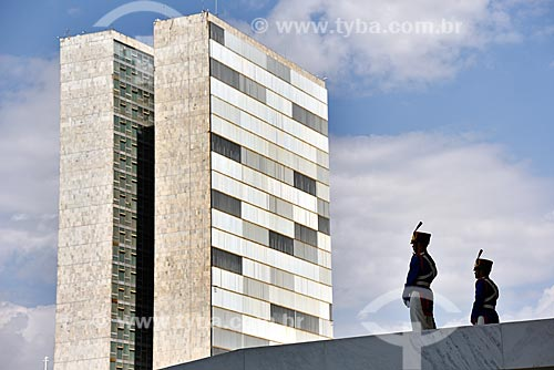 Soldados do 1º Regimento de Cavalaria de Guardas na rampa do Palácio do Planalto - sede do governo do Brasil - com prédios anexos do Congresso Nacional ao fundo  - Brasília - Distrito Federal (DF) - Brasil