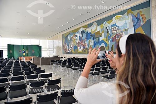 Turista fotografando com celular o Salão Oeste localizado no 2º andar do Palácio do Planalto - sede do governo do Brasil - com tela de Roberto Burle Marx (1972) à direita  - Brasília - Distrito Federal (DF) - Brasil