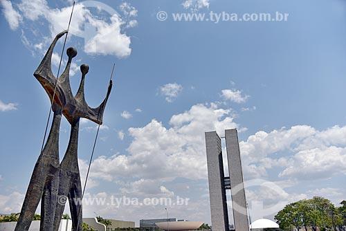 Escultura Os Guerreiros - também conhecida como Os Candangos - com o Congresso Nacional ao fundo  - Brasília - Distrito Federal (DF) - Brasil