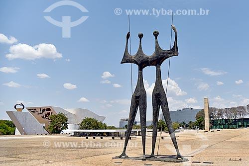 Escultura Os Guerreiros - também conhecida como Os Candangos - com o Panteão da Pátria e da Liberdade Tancredo Neves ao fundo  - Brasília - Distrito Federal (DF) - Brasil