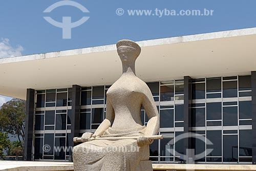 Escultura A justiça com o Supremo Tribunal Federal - sede do Poder Judiciário - ao fundo  - Brasília - Distrito Federal (DF) - Brasil