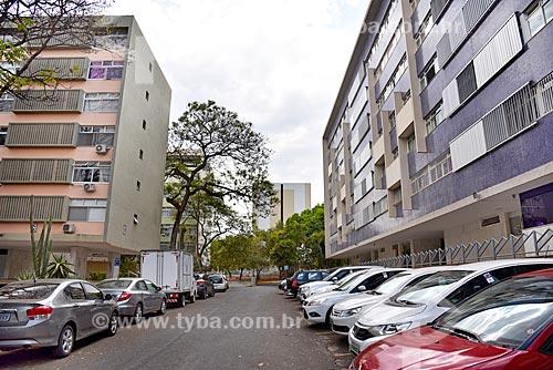 Carros estacionados em frente aos prédios da Superquadra Sul - SQS 204 - superquadra residencial  - Brasília - Distrito Federal (DF) - Brasil
