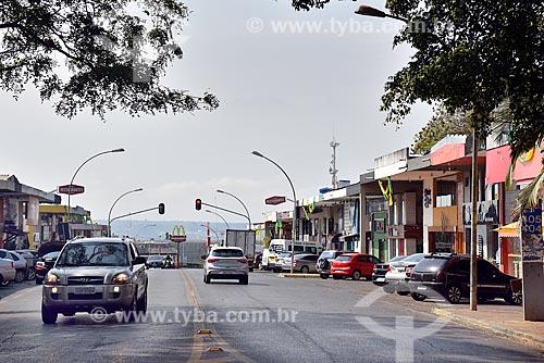Tráfego na Comércio Local Sul - CLS 404/405 - conhecida como Rua dos Restaurantes - quadra comercial entre as superquadras residenciais  - Brasília - Distrito Federal (DF) - Brasil