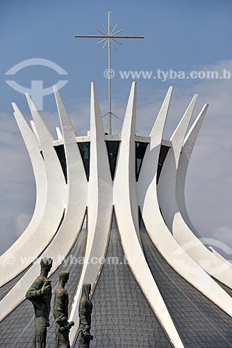 Escultura Os Evangelistas - Mateus, Marcos e Lucas com a Catedral Metropolitana de Nossa Senhora Aparecida (1970) - também conhecida como Catedral de Brasília - ao fundo  - Brasília - Distrito Federal (DF) - Brasil