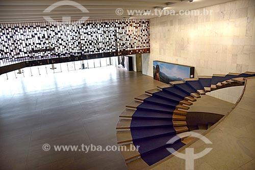 Interior do Palácio do Itamaraty - vista de cima do Salão de Recepções com a escada helicoidal e ao fundo painel Treliça de Athos Bulcão da Sala dos Tratados  - Brasília - Distrito Federal (DF) - Brasil