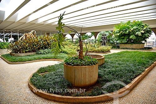 Jardim suspenso do Palácio do Itamaraty com a Escultura Canto da Noite - à esquerda - e a Escultura Três Jovens - à direita  - Brasília - Distrito Federal (DF) - Brasil