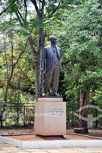 Estátua do ex-presidente Juscelino Kubitschek no Museu do Catetinho (1956) - primeira residência oficial do presidente Juscelino Kubitschek no novo Distrito Federal na época da construção de Brasília  - Brasília - Distrito Federal (DF) - Brasil