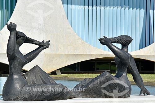 Escultura As Banhistas no espelho dágua do Palácio da Alvorada - residência oficial do Presidente do Brasil  - Brasília - Distrito Federal (DF) - Brasil