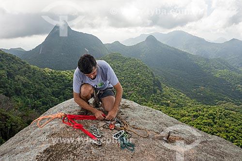 Alpinista preparando os mosquetes para rapel no Bico do Papagaio - Parque Nacional da Tijuca  - Rio de Janeiro - Rio de Janeiro (RJ) - Brasil