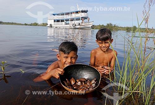 Meninos com tartarugas Irapuca (Podocnemis erythrocephala) na Reserva de Desenvolvimento Sustentável Puranga Conquista  - Manaus - Amazonas (AM) - Brasil