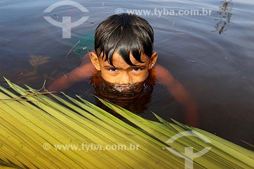 Detalhe de menino mergulhando no Rio Negro na Reserva de Desenvolvimento Sustentável Puranga Conquista  - Manaus - Amazonas (AM) - Brasil