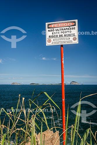 Placa de aviso na orla do Rio de Janeiro com o Monumento Natural das Ilhas Cagarras ao fundo  - Rio de Janeiro - Rio de Janeiro (RJ) - Brasil