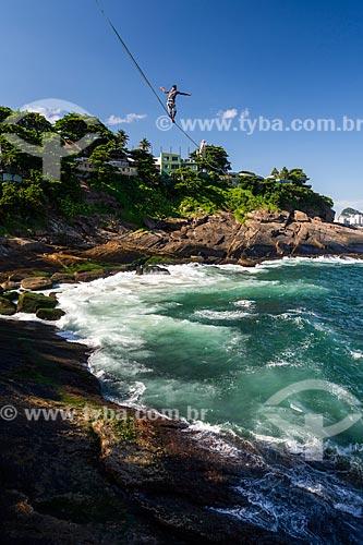 Praticante de slackline na orla do Rio de Janeiro  - Rio de Janeiro - Rio de Janeiro (RJ) - Brasil
