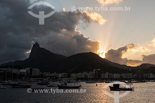 Vista do pôr do sol no Morro do Corcovado a partir da mureta da Urca  - Rio de Janeiro - Rio de Janeiro (RJ) - Brasil