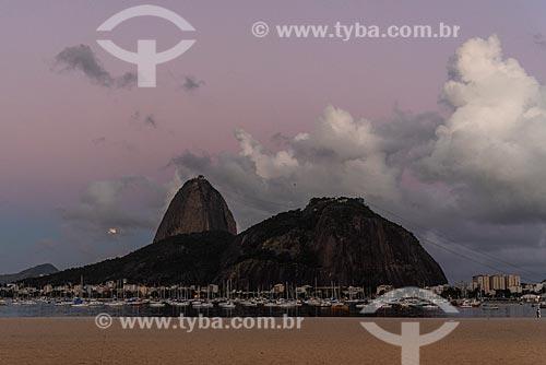 Vista do pôr do sol no Pão de Açúcar a partir da Praia de Botafogo  - Rio de Janeiro - Rio de Janeiro (RJ) - Brasil
