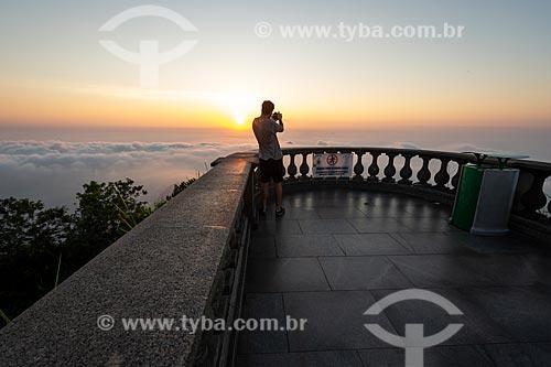 Homem fotografando a partir do mirante do Cristo Redentor durante o amanhecer  - Rio de Janeiro - Rio de Janeiro (RJ) - Brasil