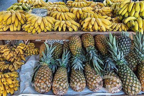 Detalhe de banana e abacaxi (Ananas comosus) à venda na Feira livre da Praça Nicarágua  - Rio de Janeiro - Rio de Janeiro (RJ) - Brasil