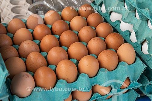 Detalhe de ovos marrons à venda na Feira livre da Praça Nicarágua  - Rio de Janeiro - Rio de Janeiro (RJ) - Brasil