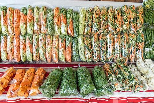 Detalhe de verduras cortadas e ensacadas à venda na Feira livre da Praça Nicarágua  - Rio de Janeiro - Rio de Janeiro (RJ) - Brasil