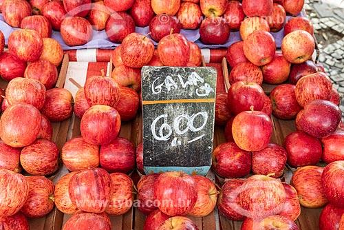 Detalhe de maçãs à venda na Feira livre da Praça Nicarágua  - Rio de Janeiro - Rio de Janeiro (RJ) - Brasil