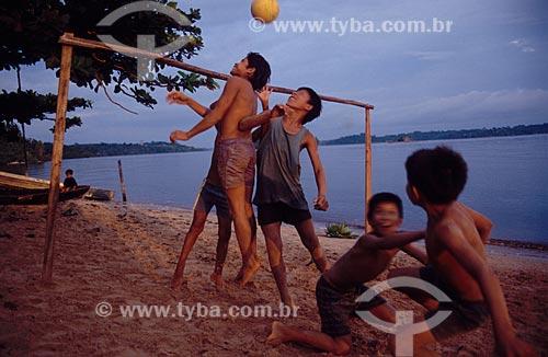 Meninos jogando futebol na praia de São Gabriel da Cachoeira  - São Gabriel da Cachoeira - Amazonas (AM) - Brasil