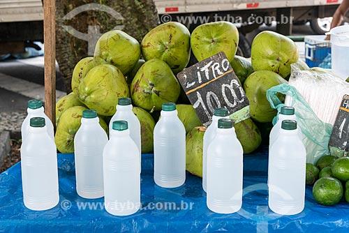 Detalhe de água de coco e coco à venda na Feira livre da Praça Nicarágua  - Rio de Janeiro - Rio de Janeiro (RJ) - Brasil