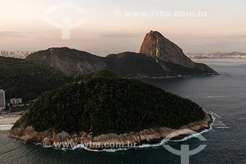 Foto aérea da Área de Proteção Ambiental do Morro do Leme com o Pão de Açúcar ao fundo durante o pôr do sol  - Rio de Janeiro - Rio de Janeiro (RJ) - Brasil