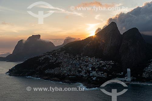Foto aérea do Morro Dois Irmãos com a Pedra da Gávea ao fundo durante o pôr do sol  - Rio de Janeiro - Rio de Janeiro (RJ) - Brasil