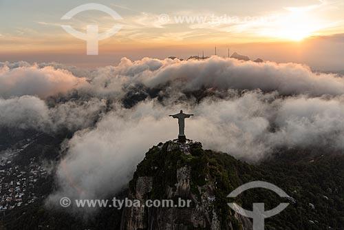 Foto aérea do Cristo Redentor durante o pôr do sol com nevoeiro  - Rio de Janeiro - Rio de Janeiro (RJ) - Brasil