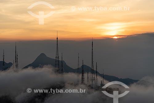 Foto aérea do Morro do Sumaré durante o pôr do sol com nevoeiro  - Rio de Janeiro - Rio de Janeiro (RJ) - Brasil