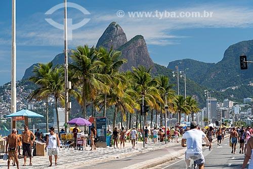 Vista da orla da Praia de Ipanema com a Avenida Vieira Souto - fechada ao trânsito para uso como área de lazer - com o Morro Dois Irmãos ao fundo  - Rio de Janeiro - Rio de Janeiro (RJ) - Brasil