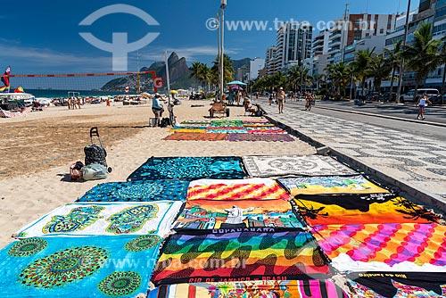 Cangas à venda na orla da Praia de Ipanema com o Morro Dois Irmãos ao fundo  - Rio de Janeiro - Rio de Janeiro (RJ) - Brasil