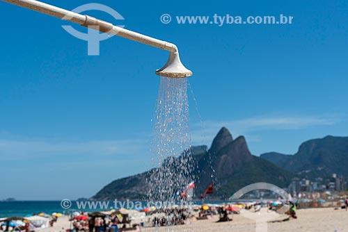 Chuveiro na orla da Praia de Ipanema com o Morro Dois Irmãos ao fundo  - Rio de Janeiro - Rio de Janeiro (RJ) - Brasil