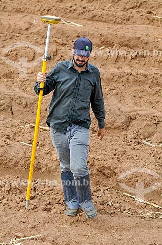 Engenheiro agrônomo utilizando GPS para medição de área rural  - Buritama - São Paulo (SP) - Brasil