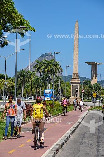 Ciclista em ciclovia na Avenida Rio Branco com o pão de açúcar, obelisco da Avenida Rio Branco e o Monumento aos Mortos da Segunda Guerra Mundial - Monumento aos Pracinhas - ao fundo  - Rio de Janeiro - Rio de Janeiro (RJ) - Brasil