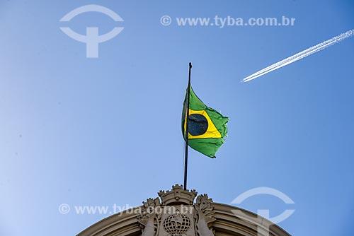 Detalhe de bandeira do Brasil no Theatro Municipal do Rio de Janeiro (1909) com avião com trilha de condensação ao fundo  - Rio de Janeiro - Rio de Janeiro (RJ) - Brasil