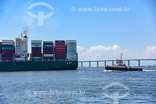 Navio cargueiro na Baía de Guanabara com a Ponte Rio-Niterói (1974) ao fundo  - Rio de Janeiro - Rio de Janeiro (RJ) - Brasil
