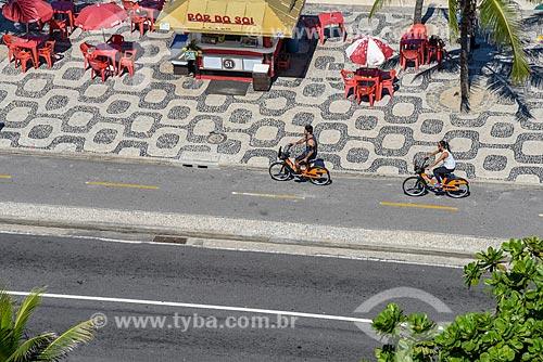Vista de cima de ciclistas andando de bicicleta pública - para aluguel - orla da Praia de Ipanema  - Rio de Janeiro - Rio de Janeiro (RJ) - Brasil