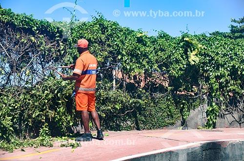 Gari podando arbusto no acostamento da acostamento da Avenida Niemeyer  - Rio de Janeiro - Rio de Janeiro (RJ) - Brasil
