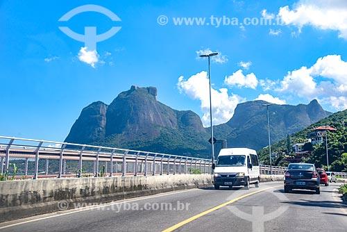 Tráfego na Avenida Niemeyer com a Ciclovia Tim Maia - à esquerda - e a Pedra da Gávea ao fundo  - Rio de Janeiro - Rio de Janeiro (RJ) - Brasil