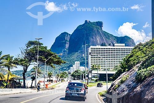 Tráfego na Avenida Niemeyer com a Pedra da Gávea ao fundo  - Rio de Janeiro - Rio de Janeiro (RJ) - Brasil