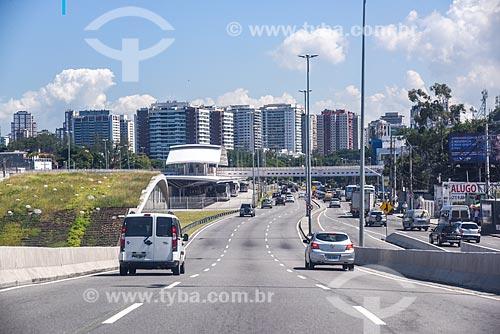 Vista da Avenida Armando Lombardi com a Estação do BRT Transoeste - Estação Jardim Oceânico - e da Estação Jardim Oceânico do Metrô Rio  - Rio de Janeiro - Rio de Janeiro (RJ) - Brasil