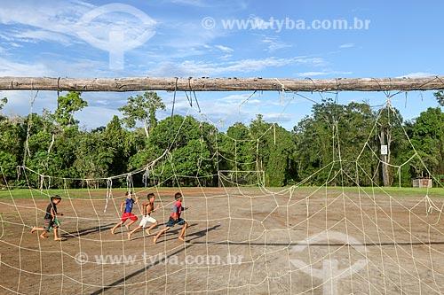 Criança ribeirinha brincando na Reserva de Desenvolvimento Sustentável Anamã  - Barcelos - Amazonas (AM) - Brasil