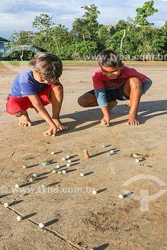 Meninos ribeirinhos jogando bola de gude na Reserva de Desenvolvimento Sustentável Anamã  - Barcelos - Amazonas (AM) - Brasil
