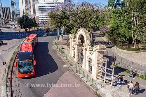 Foto feita com drone do portal do Passeio Público de Curitiba (1886) com ônibus da Rede Integrada de Transporte Coletivo (RIT)  - Curitiba - Paraná (PR) - Brasil