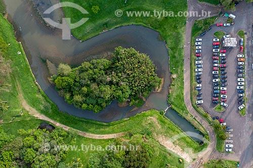 Foto feita com drone de trecho do Rio Barigui com o estacionamento do Parque São Lourenço (1972)  - Curitiba - Paraná (PR) - Brasil