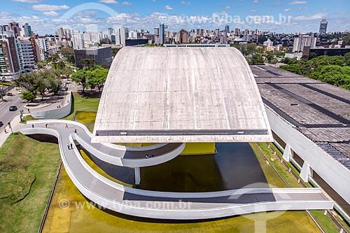 Foto feita com drone da fachada lateral do Museu Oscar Niemeyer - também conhecido como Museu do Olho  - Curitiba - Paraná (PR) - Brasil